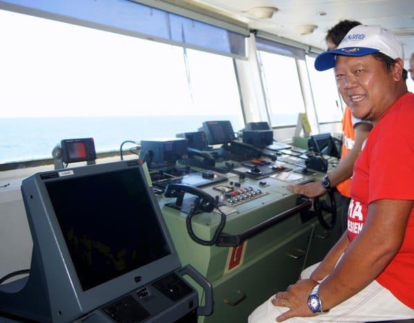 Le commandant de l'Aranui 3 à son poste.