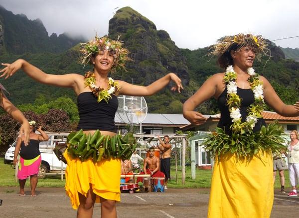 Jeunes danseuses marquisiennes à Fatu Hiva.