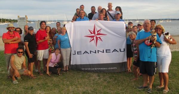Photo de groupe prise sur la plage de Treadwell Bay lors du Rendez-vous Jeanneau 2015. Crédit photo : Sandra Lessard.
