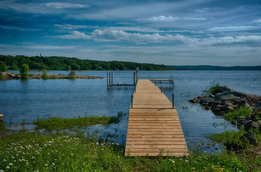 Photo offerte par Taylor Docks : Un quai sur pieds amovible avec recouvrement de cèdre amovible. On peut ajuster la hauteur des pieds. Un lève-bateau à mouvement vertical complète l'aménagement.