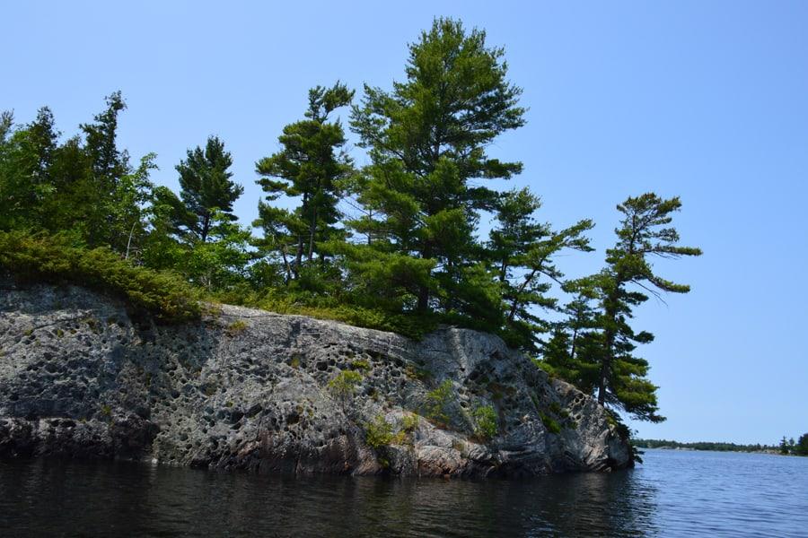 photo-11-les-pins-accroches-aux-caps-rocheux-sont-typiques-de-la-baie-georgienne