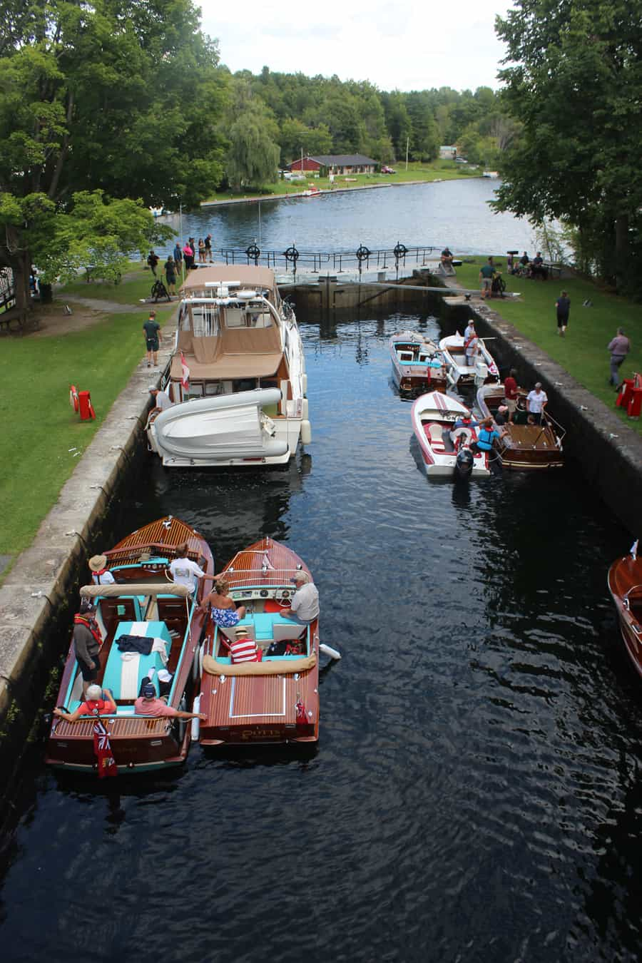 photo-3-des-membres-du-antique-and-classic-boat-club-de-trent-severn-a-l-ecluse-de-jones-falls