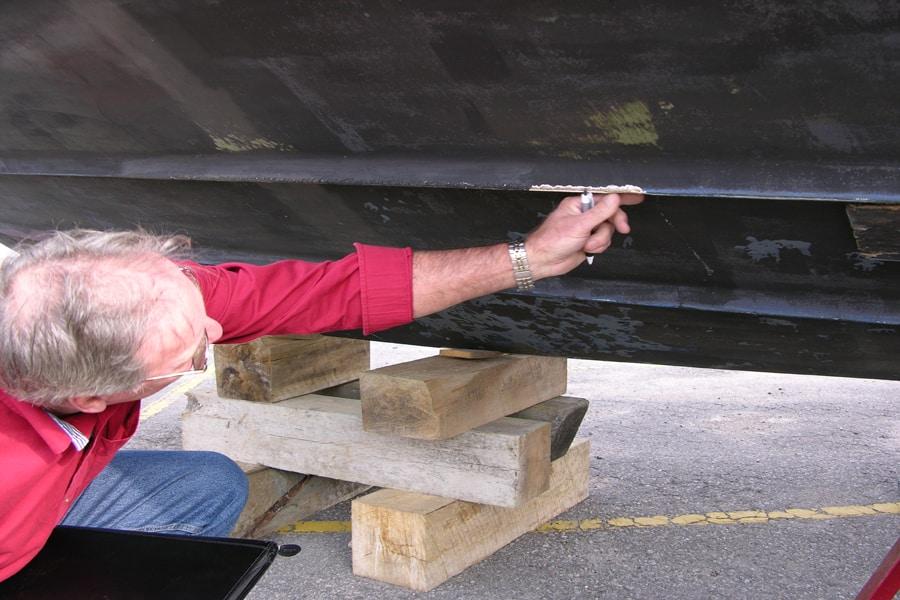 Inspectez la coque et voyez les travaux à faire pendant la période d'entreposage.