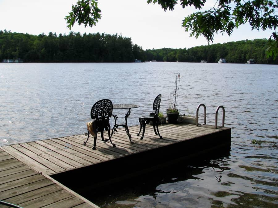 photo-5-il-suffit-parfois-d-ajouter-une-jolie-table-et-des-chaises-pour-donner-vie-a-votre-quai