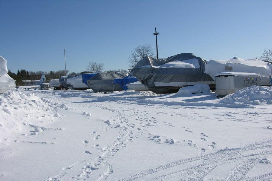 Certains plaisanciers utilisent des bâches ordinaires pour recouvrir leur bateau pendant l'hiver.