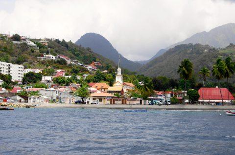 Vue du village Le Carbet et de la montagne Pelée.