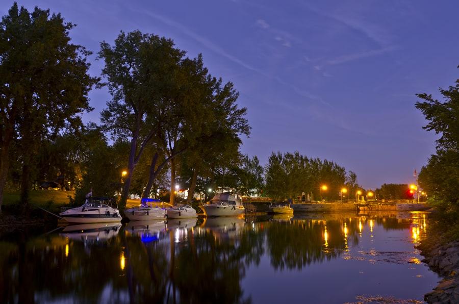 Vivez une expérience hors du commun en passant la nuit dans un canal historique et accédez facilement aux activités de grandes villes canadiennes! Crédit photo : Parcs Canada.