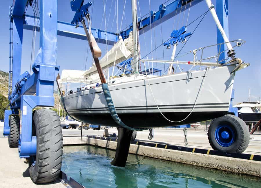 Il faut sortir le voilier (ou le bateau) de l'eau pour mieux l'examiner. Crédit photo : Shch, Shutterstock.