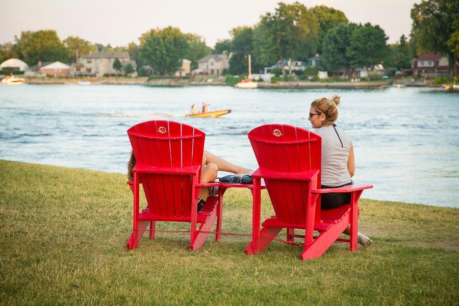 Partez à la recherche des chaises rouges de Parcs Canada cet été et partagez votre moment devant les paysages emblématiques du pays avec le mot-clic #SeRapprocher.