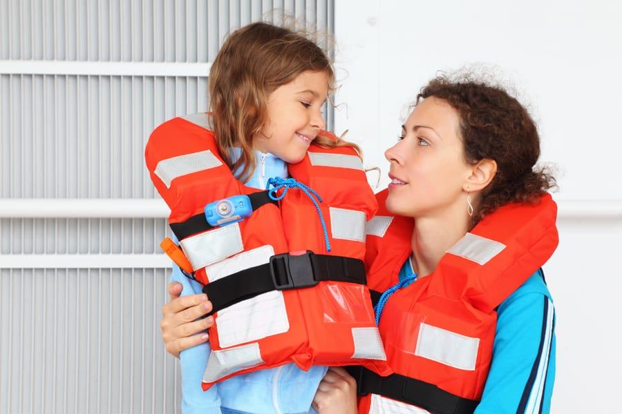 Porter un gilet de sauvetage - bateau - Pavel L Photo and Video - shutterstock_105696710